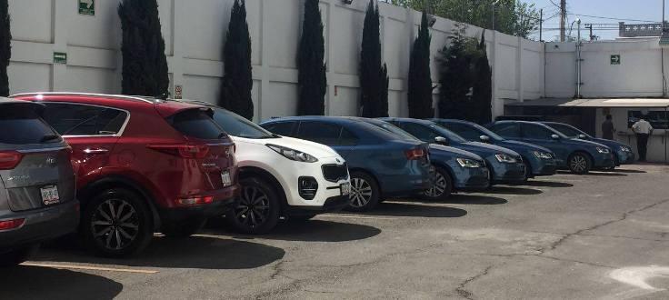 Camionetas grises, blancas, vino; autos azules, rines deportivos, cristales polarizados; todos último modelo y al gusto de cada funcionario. Dinero sobra.